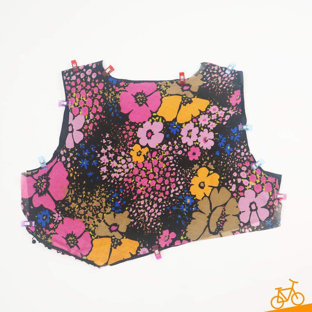 Stoffstück für den Sweater mit Blumenmuster