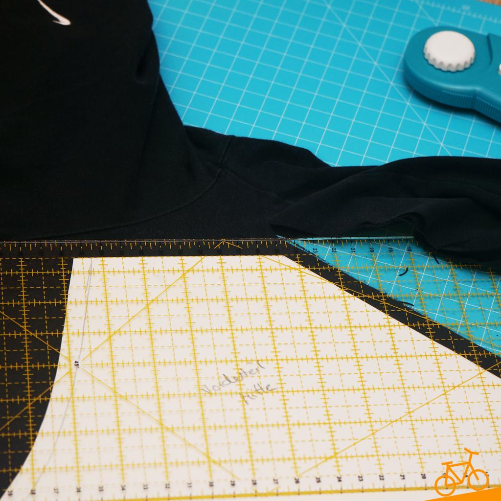 Stoff ausschneiden mit Rollschneider und Schneiderlineal für Blockstreifen-Look