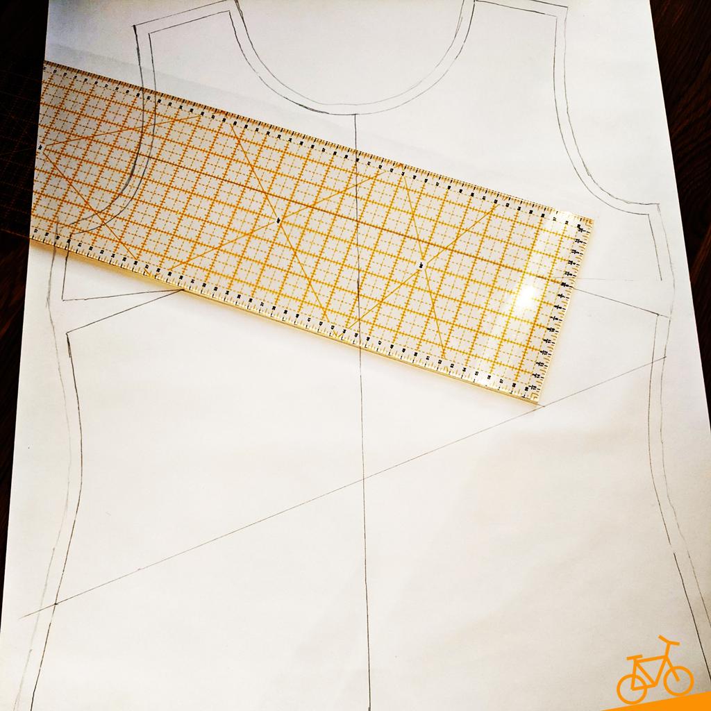 Schnittmuster mit Teilungslinien für ein Oberteil im Patchwork-Look plus Schneiderlineal