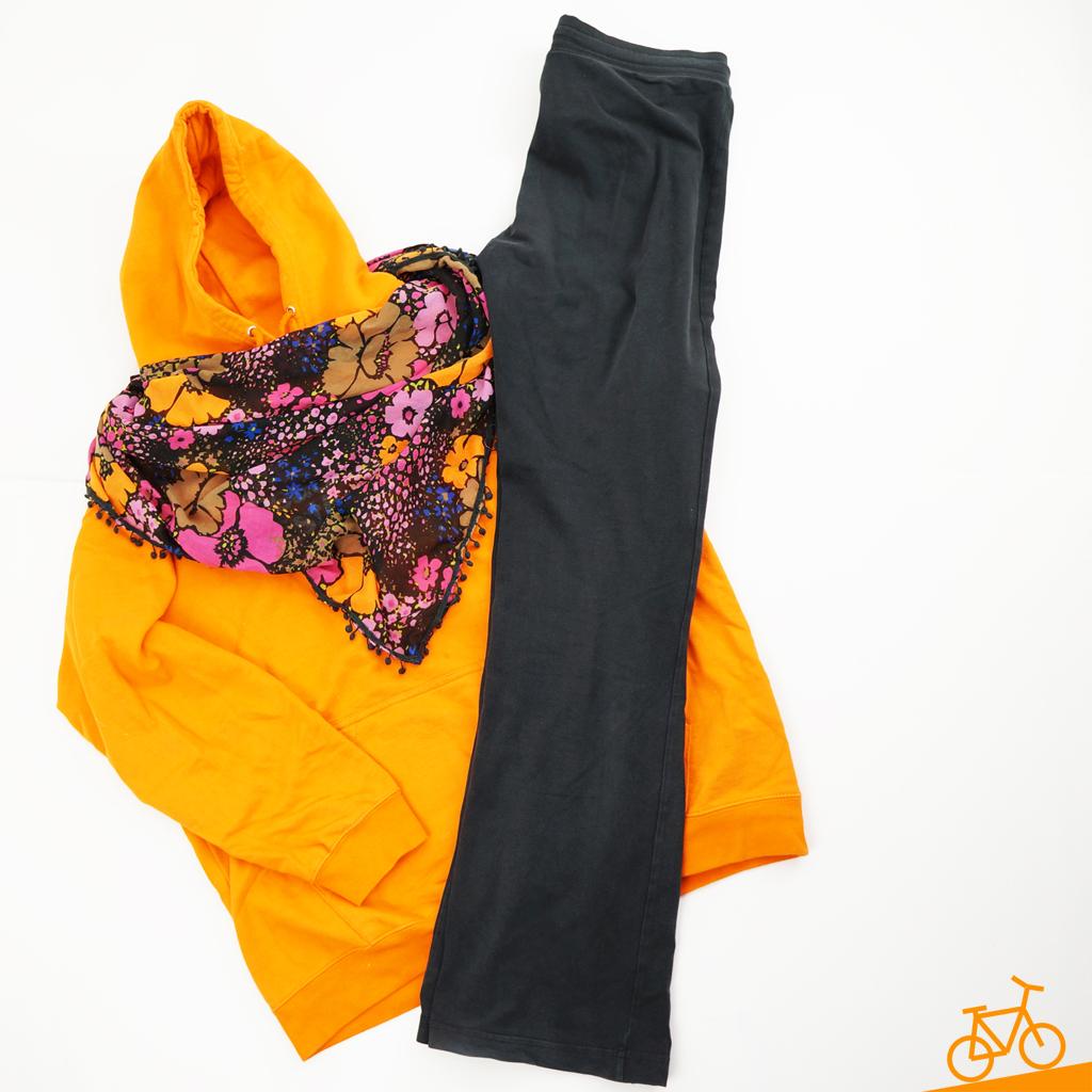 Orangenes Sweatshirt, Tuch mit Blumenmuster und schwarze Sporthose