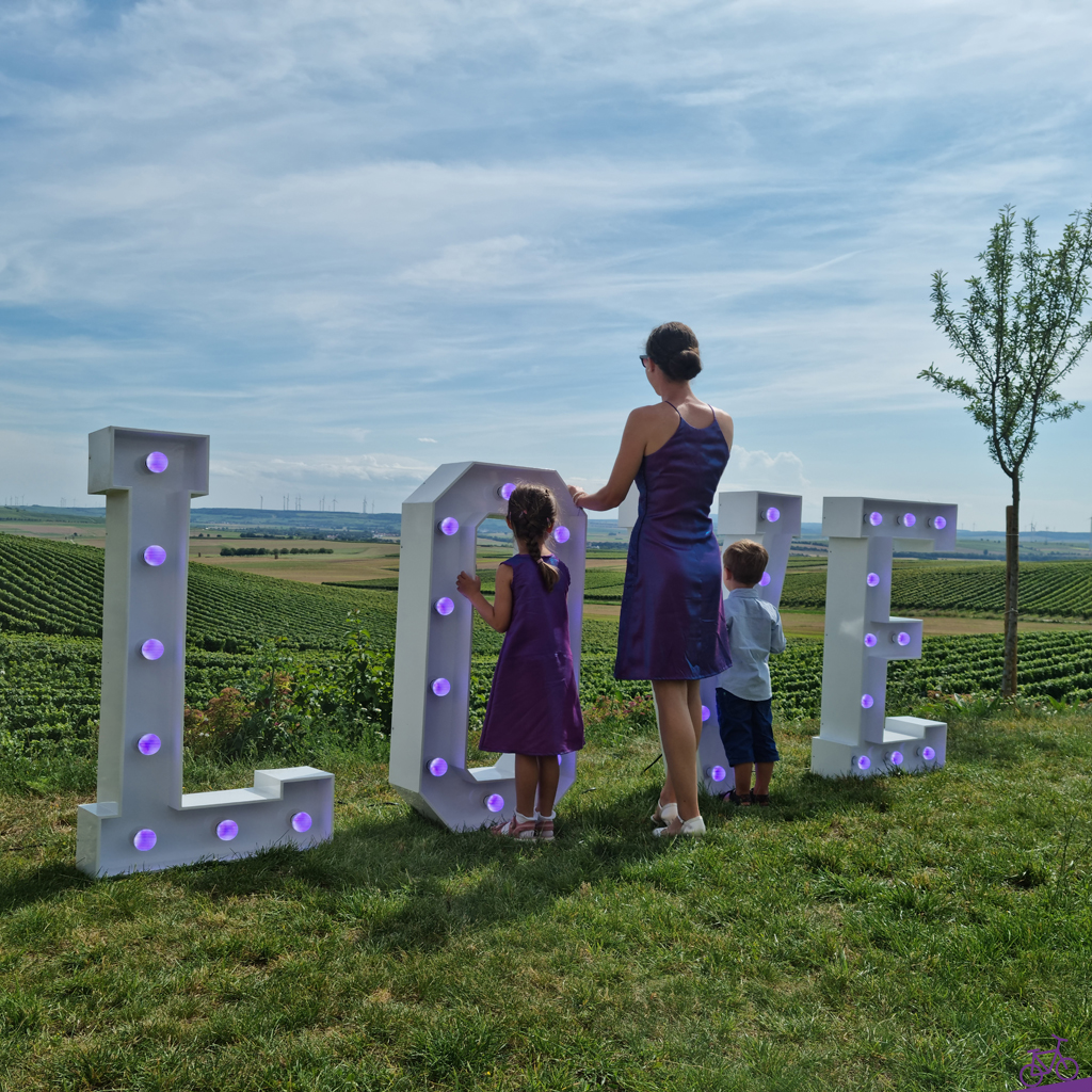 Ausblick bei Hochzeit mit Love Aufstellern in selbst genähtem Mutter-Tochter-Outfit